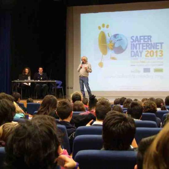 Laura Sargentini presso la scuola Secondaria Inferiore di San Giorgio di Mantova insieme al Dirigente e al rappresentante della Polizia Postale e delle Telecomunicazioni